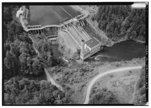 GENERAL_AERIAL_VIEW_TO_SOUTH_OF_ELWHA_DAM_AND_POWERHOUSE_WITH_NORTH_END_OF_RESERVOIR._PHOTO_BY_JET_LOWE,_HAER,_1995._-_Elwha_River_Hydroelectric_System,_Elwha_Hydroelectric_Dam_HAER_WASH,5-POAN.V,3A-3.tif